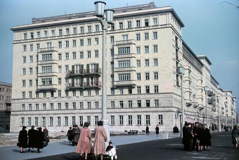 1954 Berlin Stalinallee, by Hein Vontin.jpg