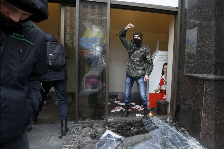 Погром отделения Альфа-банка в Киеве 20.02.16.png