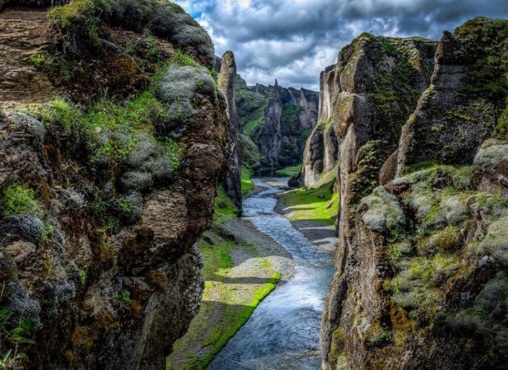 Каньон Фьядрарглйуфур наюго-востоке Исландии— невероятное творение природы. Отпервозданных пейзаж