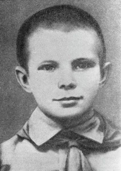 Учился он до 1945 года. После Дня победы семья перебралась в Гжатск. В 1949 году Юра закончил 6 клас