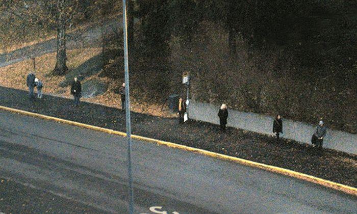 Из-за чего эти люди стоят так далеко друг от друга?
