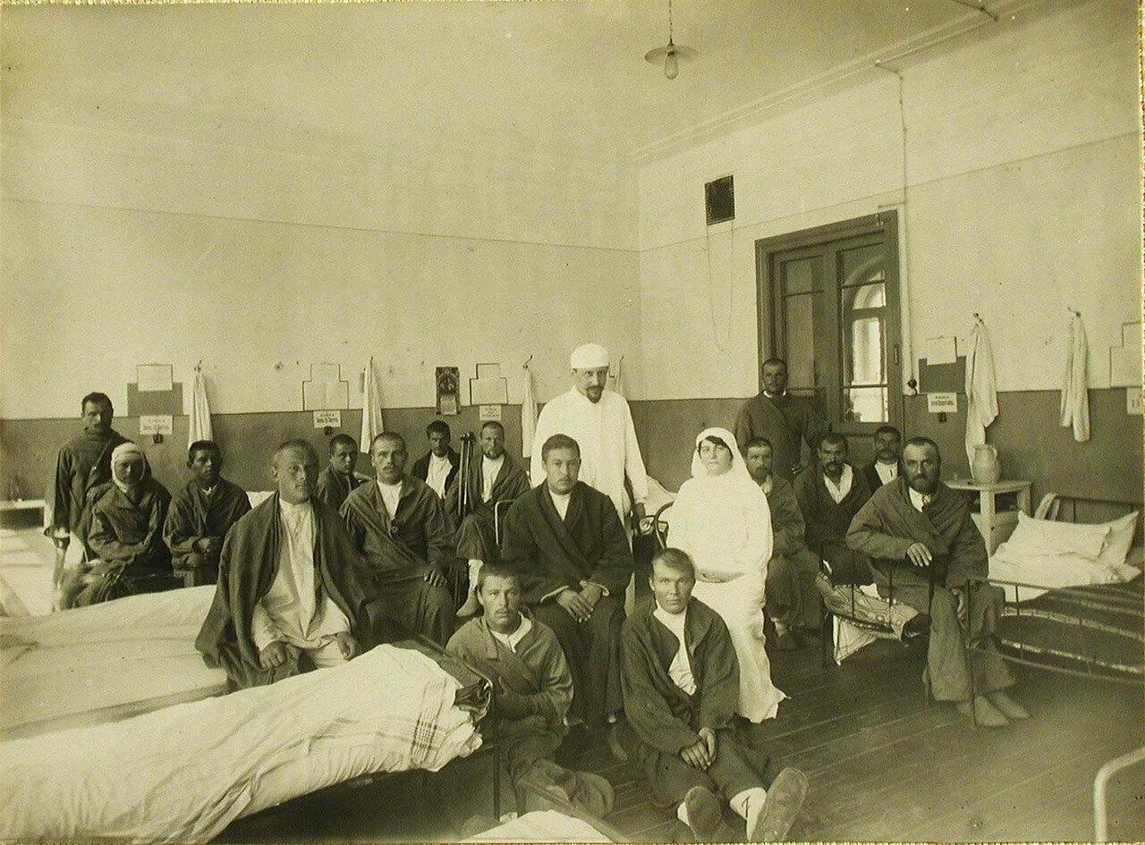 09. Врач, сестры милосердия и раненые в палате №3
