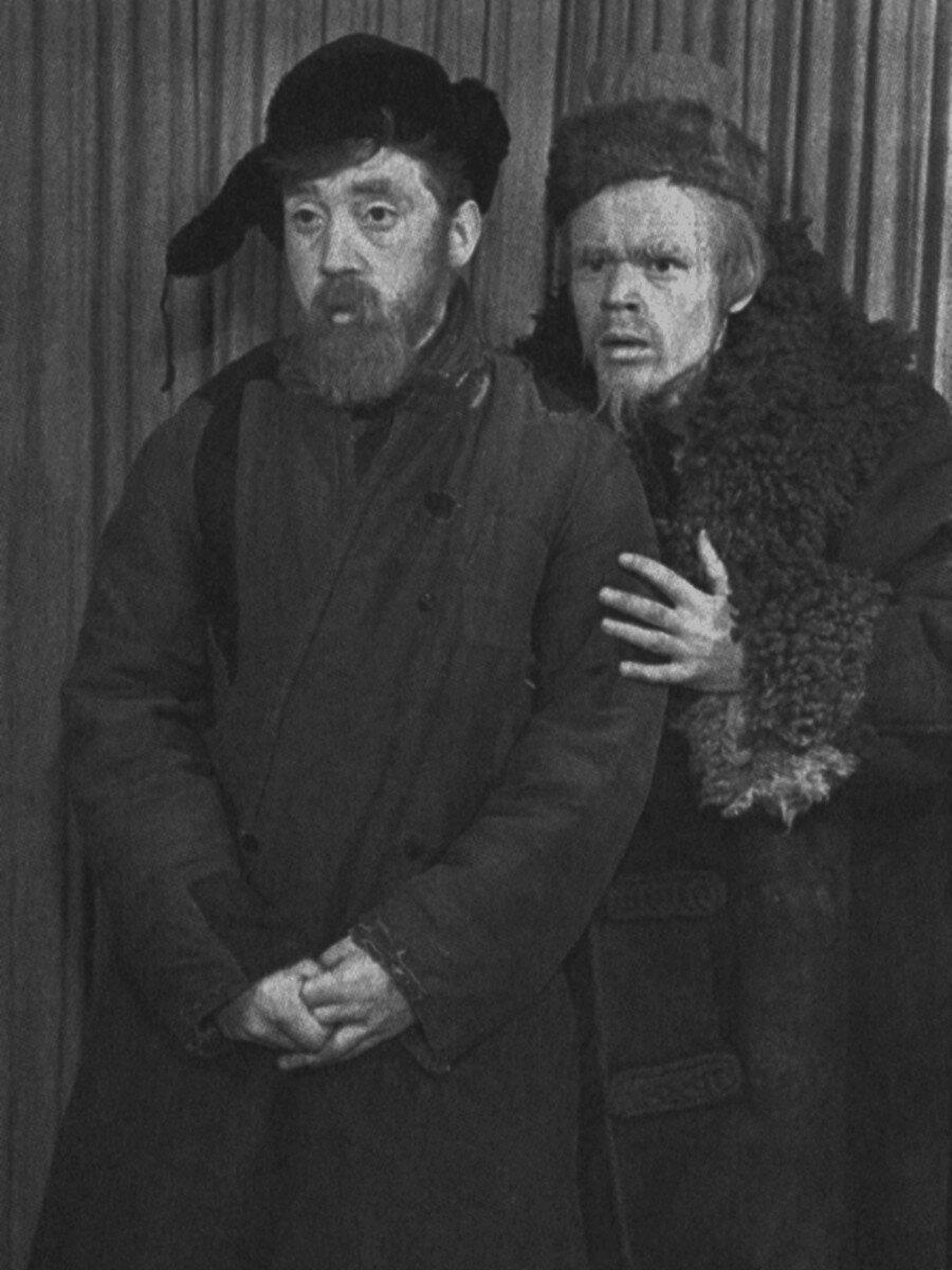 1960. Владимир Высоцкий и Виктор Большаков в спектакле школы-студии МХАТ «Ведьма»