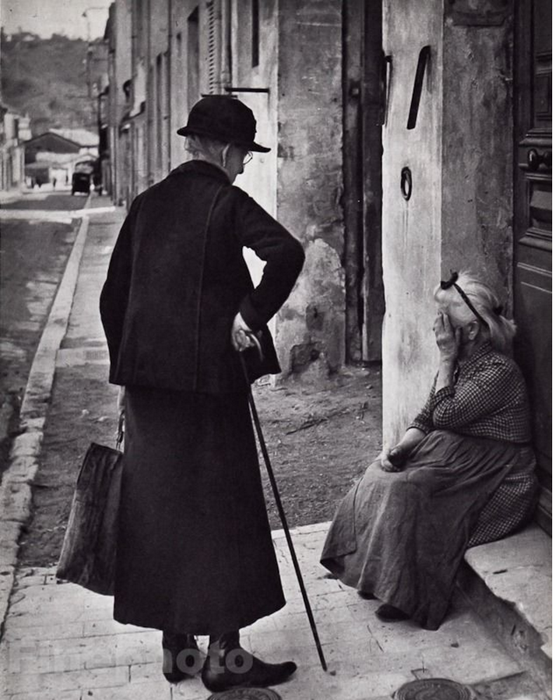 1948. Две пожилые женщины на улице