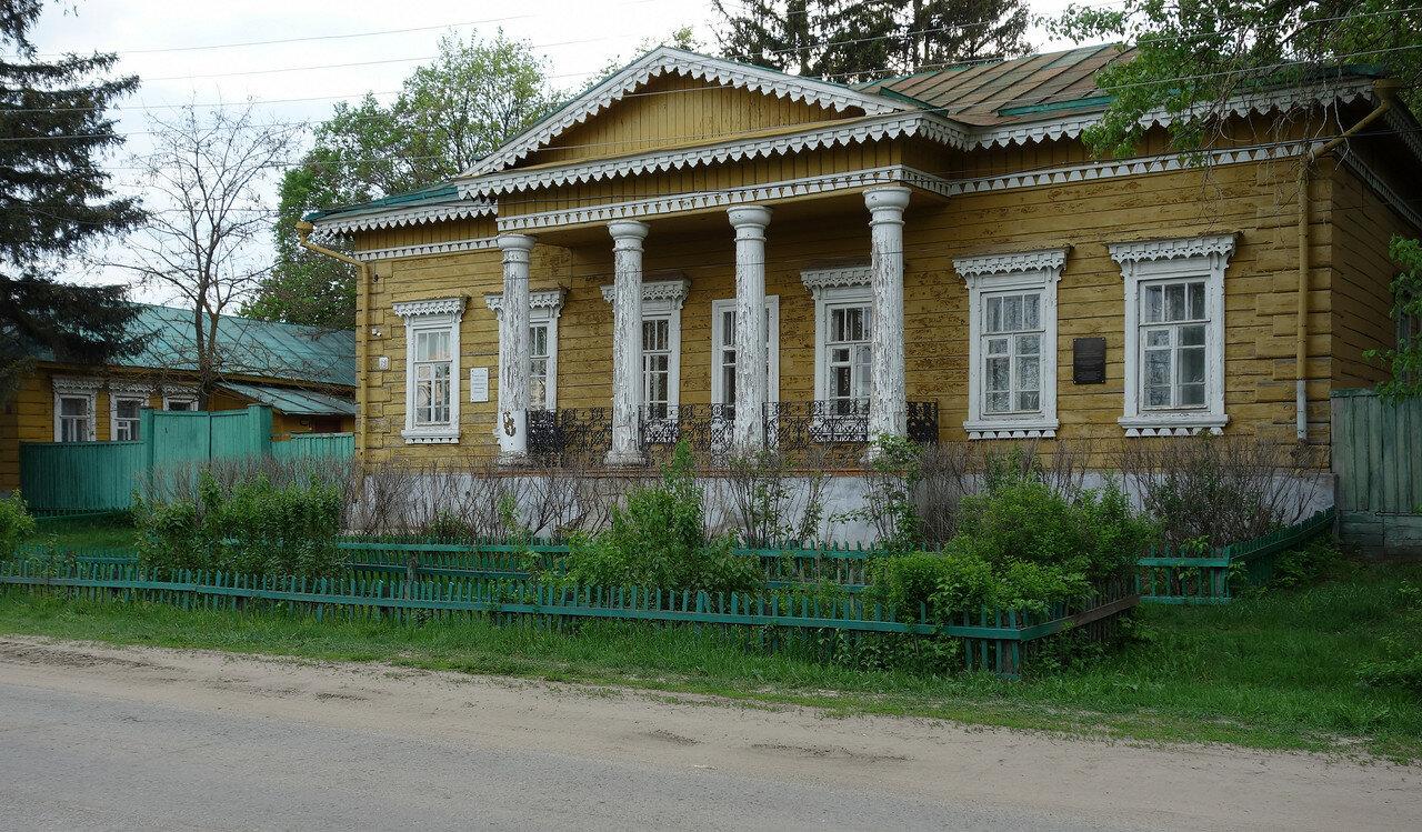 деревянный особняк с колоннами