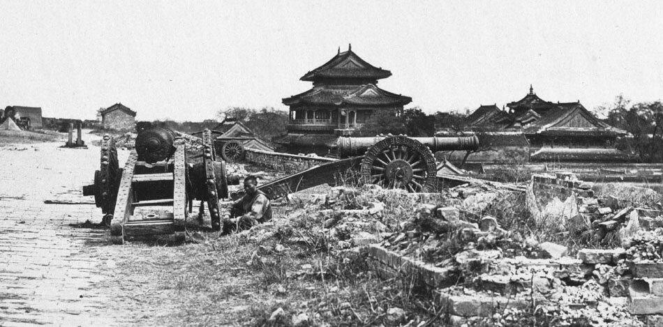 Китайские орудия на городской стене Пекина, захваченные англо-французскими войсками 1901.jpg