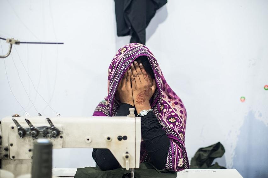 Застенчивая работница фабрики.