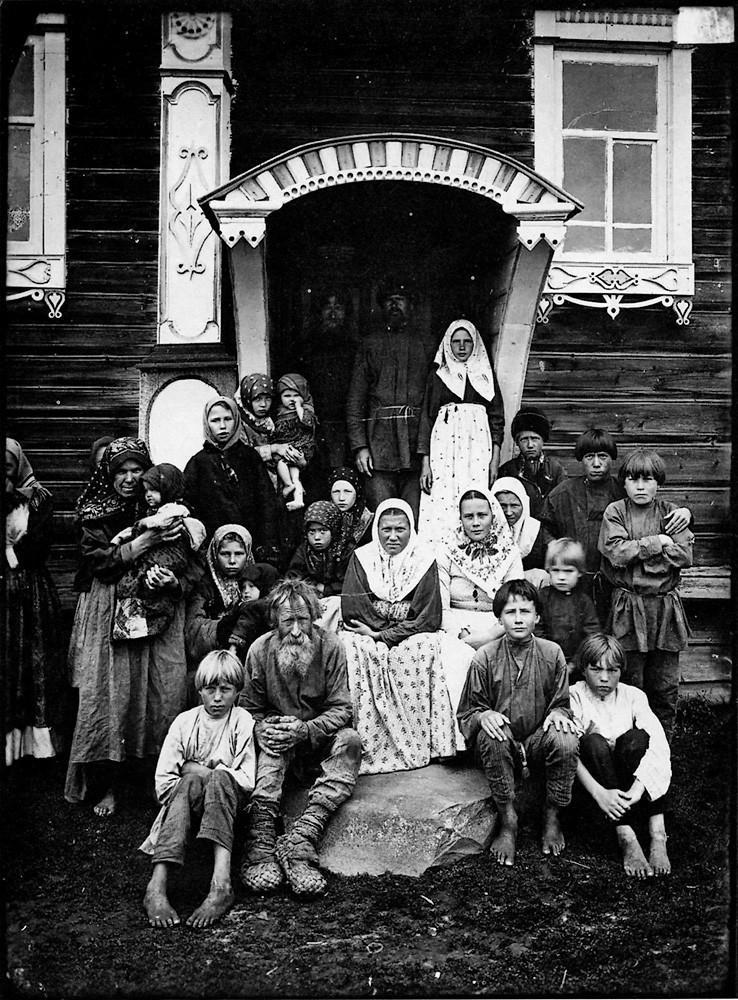 Группа старообрядцев. Деревня Кузнецово Семеновского уезда. Негатив 18 ? 24 см.