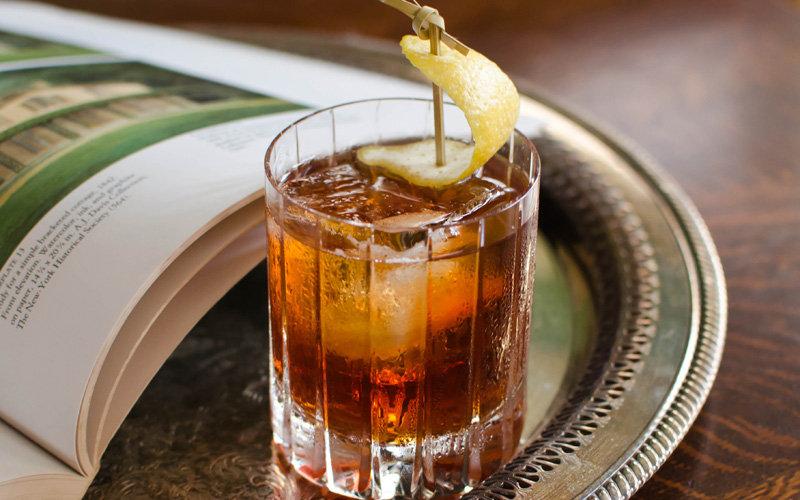 Родина коктейля – Новый Орлеан, так что можно сразу готовиться к магии вуду, американской готике и э
