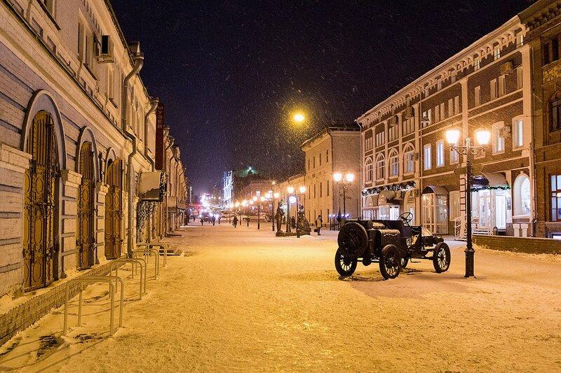 Ночная улица Спасская в Кирове со скульптурными композициями в снежный день