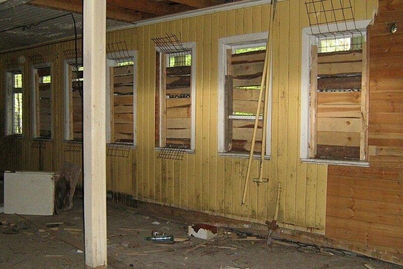 Заколоченные окна внутри заброшенного дебаркадера