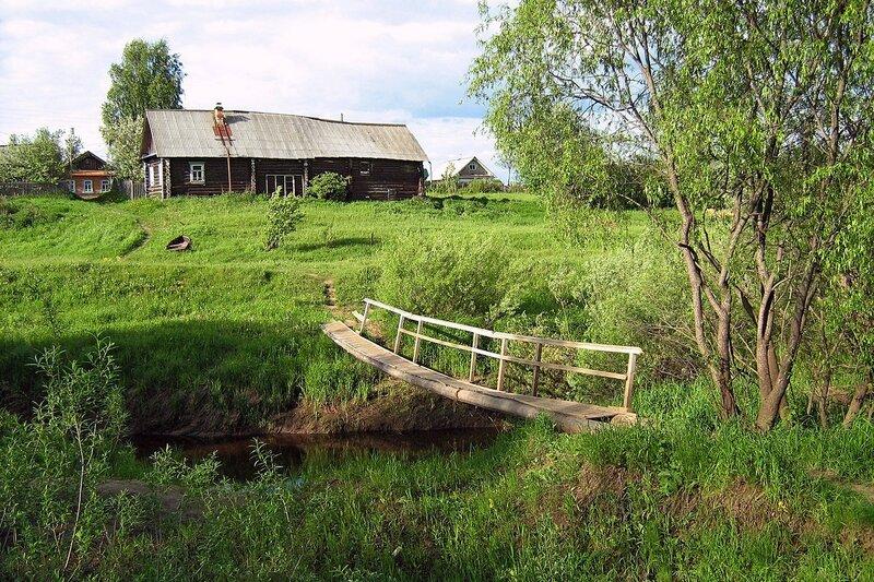 Маленький деревянный мостик через речку Пагинку