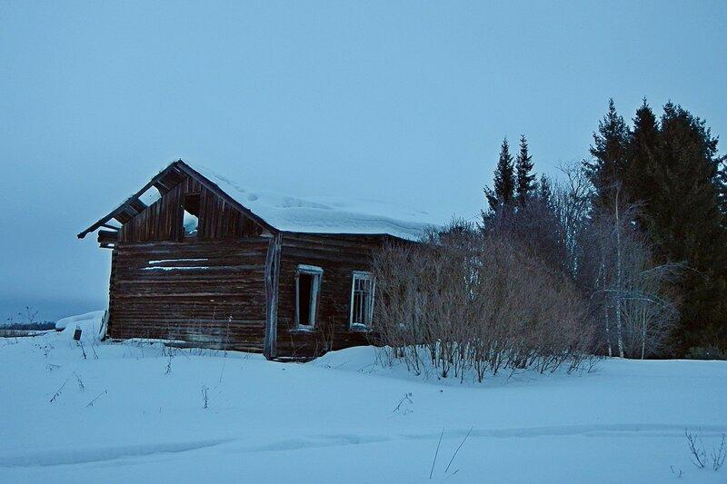 Заброшенный дом с выбитыми окнами и провалившейся крышей