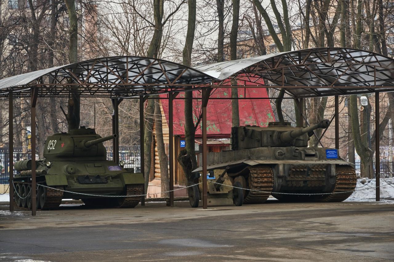 Уличные экспонаты Т-34 и Тигр