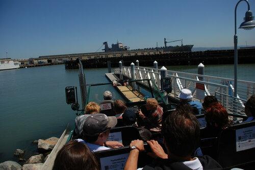 Туристическая машина-амфибия в перед погружением в воду залива