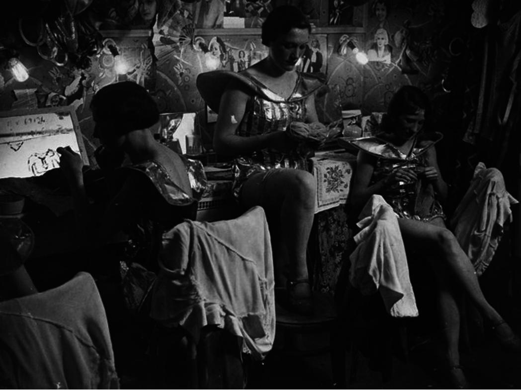 1930. Танцовщицы шьют