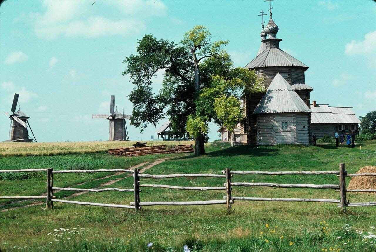 Суздаль. Музей деревянного зодчества. Ветряные мельницы, Воскресенская церковь из села Патакина Камешковского района