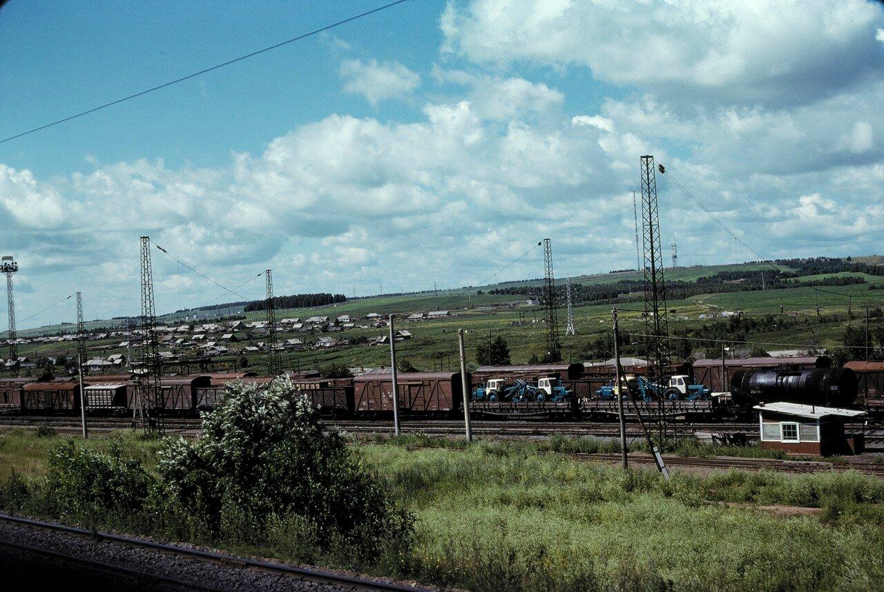 Ачинск. Товарный поезд, трактора