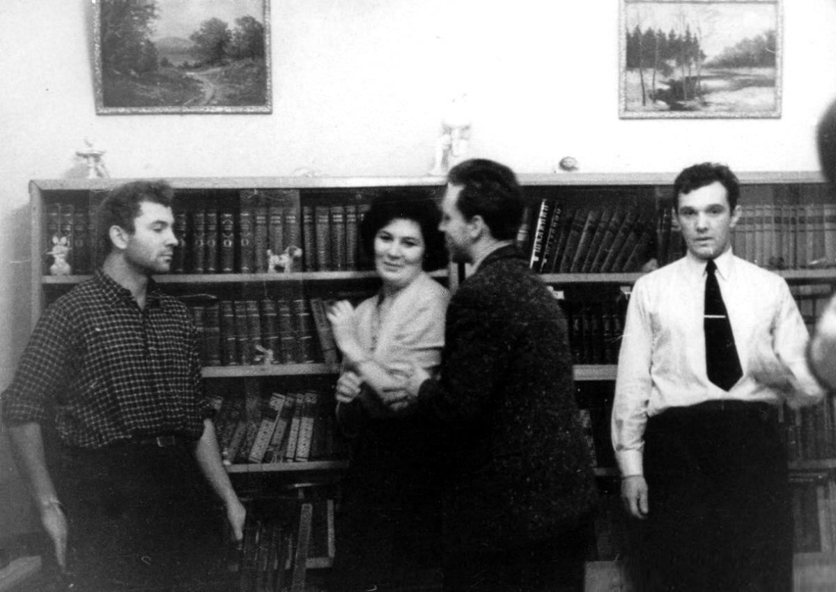 1961. Павел Кашлаков и Владимир Высоцкий в гостях у Натальи Собираевой в Ленинграде