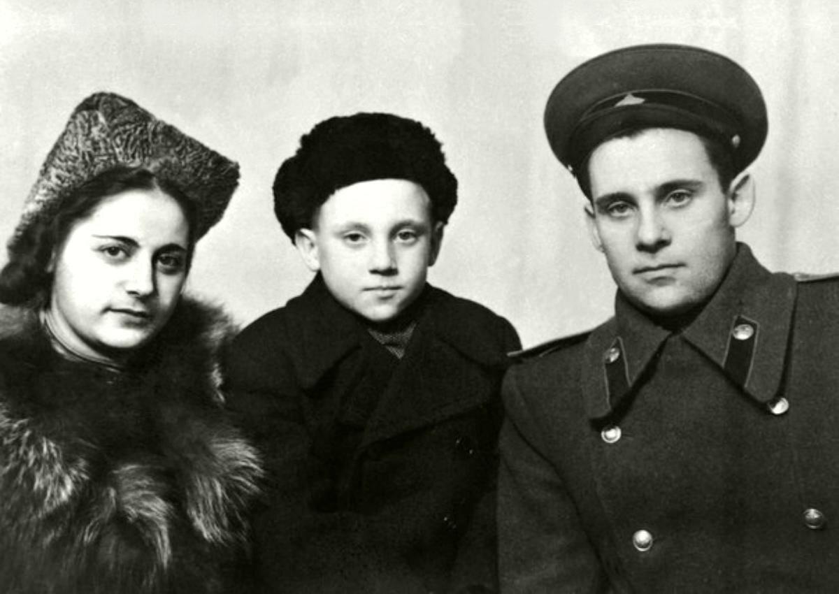 1948. Евгения Степановна Лихалатова («мама Женя»), Володя и Семен Владимирович Высоцкий в г.Эберсвальде, Германия