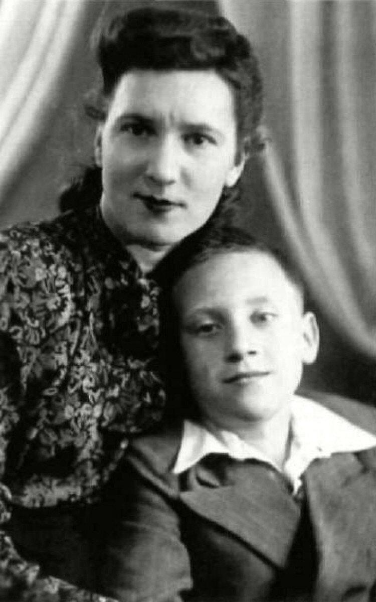 1950. Мама Нина Максимовна и Володя Высоцкий. Москва. Фото Н.Львова
