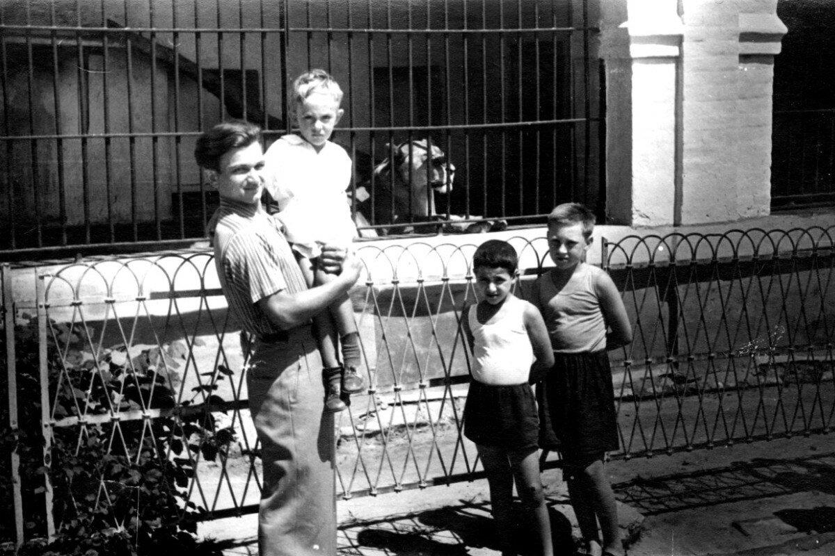 1950. Марлен Матвеев, Саша Высоцкий, Валера Гукасов и Володя Высоцкий в зоопарке г.Киева. Фото Алексея Высоцкого
