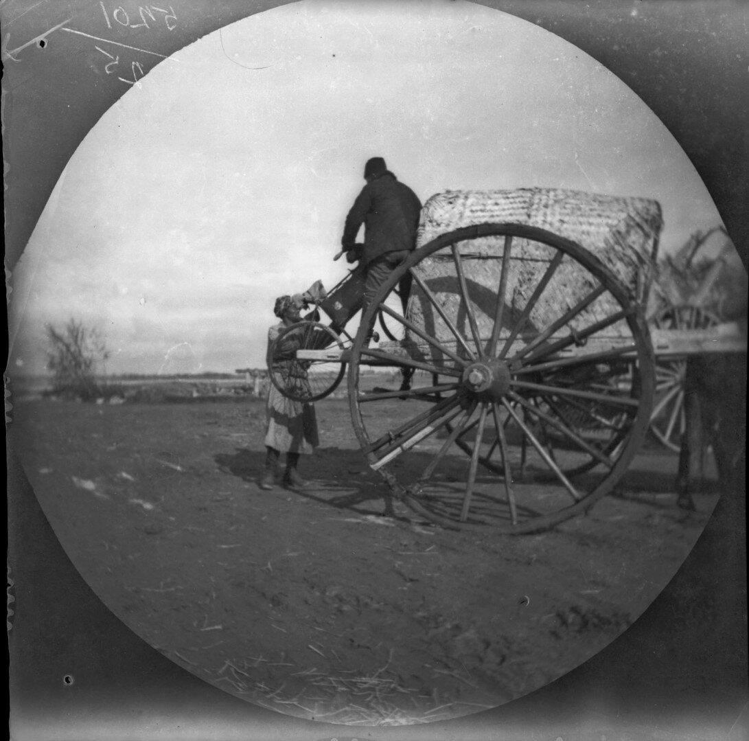 16 ноября. Томас Аллен выгружает велосипеды из повозки после пересечения реки Зеравшан на дороге из Самарканда в Чиназ