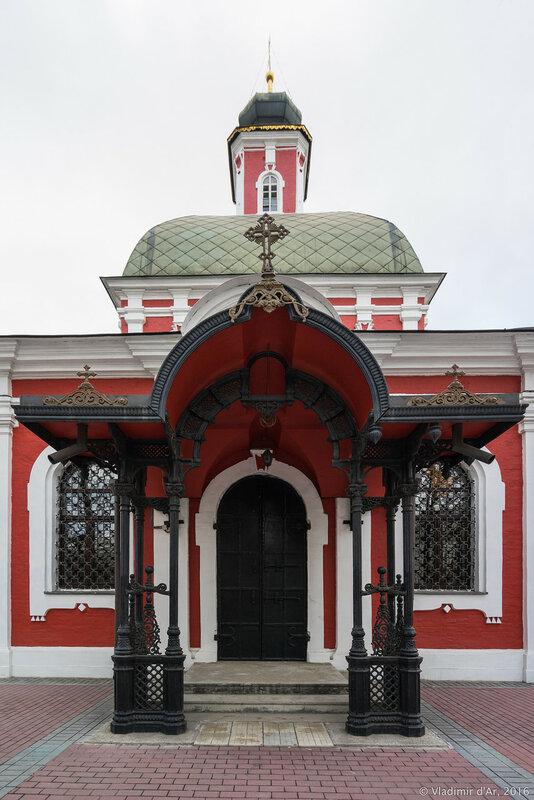 Южное крыльцо храма иконы Божьей Матери Знамение