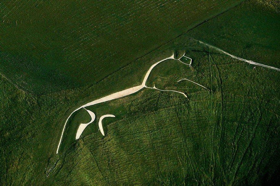 31. Уффингтонская белая лошадь - 110-метровая меловая фигура в английском графстве Оксфордшир. Возра