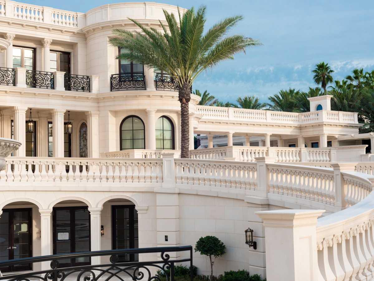 2. Дом общей площадью 5,6 тыс. кв. метров, расположенный на земельном участке в 1,6 гектара с берего