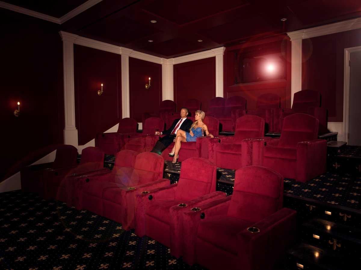 6. В особняке есть один из первых в мире домашний кинотеатр IMAX с местами для 18 зрителей.
