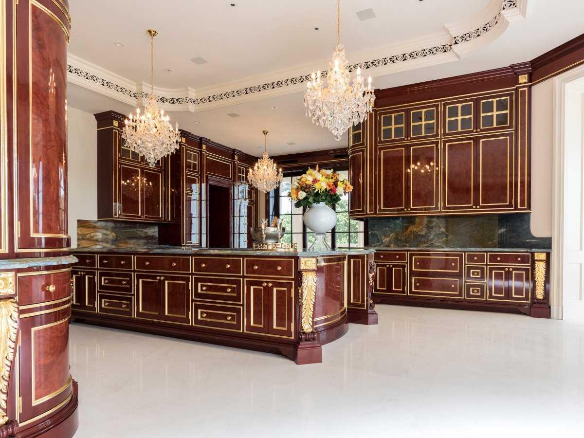11. Кухонные шкафы были сделаны на заказ из красного дерева французской компанией La Cornue.