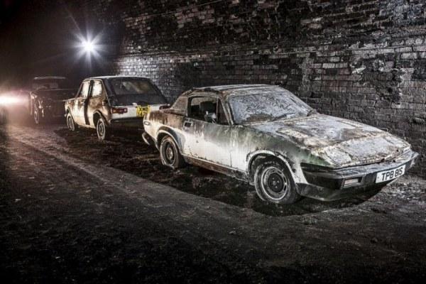 Заброшенный железнодорожный тоннель в Ливерпуле наполнен старыми автомобилями