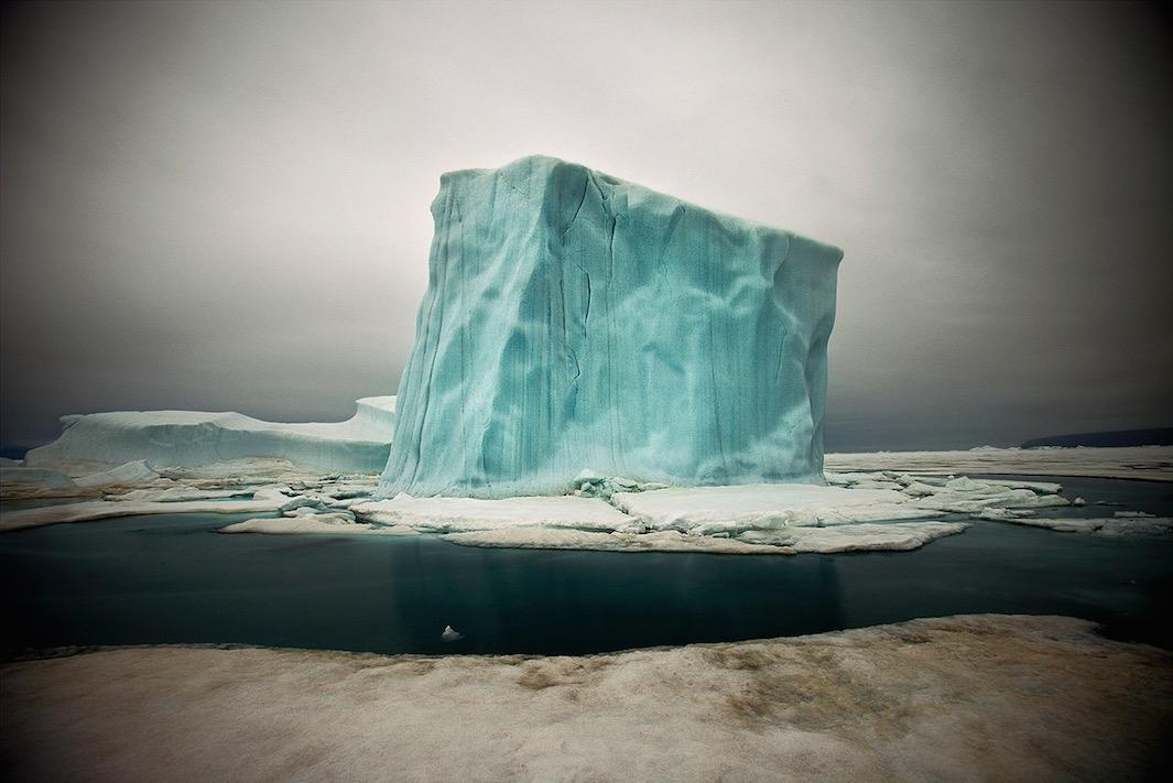 Коупленд начал фотографировать Арктику с первого визита. Первоначально он снимал на среднеформатный
