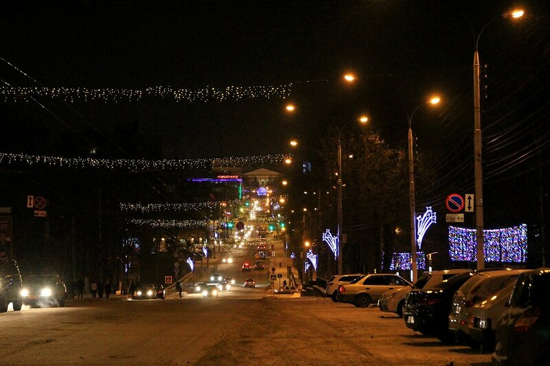 Улица Карла Маркса в Кирове в новогодней иллюминации вечером