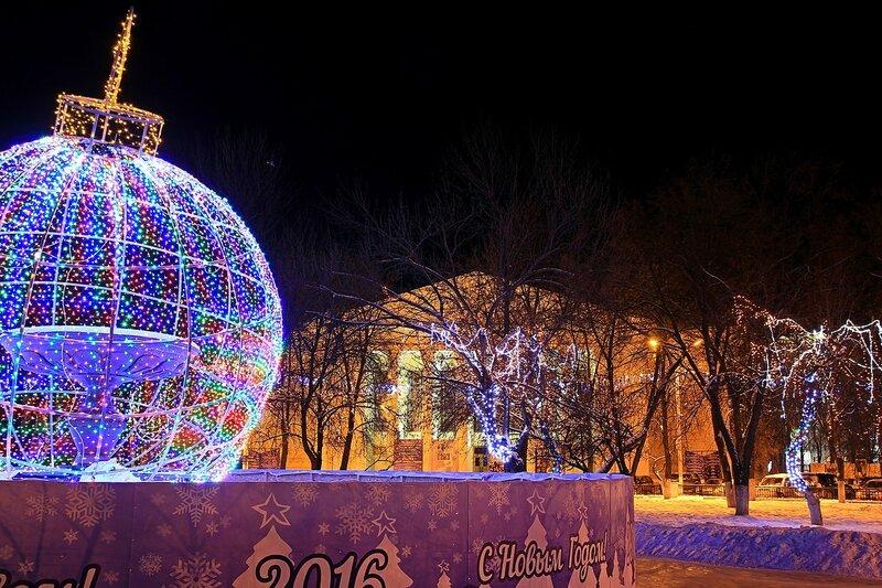 Световой шар, световые гирлянды на деревьях и драмтеатр в Новый год - 2016 на Театральной площади в Кирове