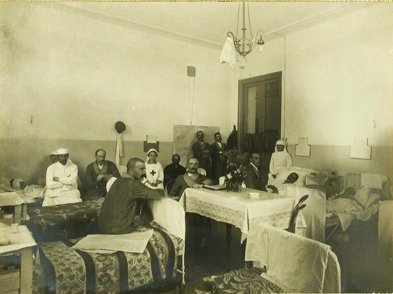 05. Врач (слева), сестры милосердия и раненые офицеры в одной из палат