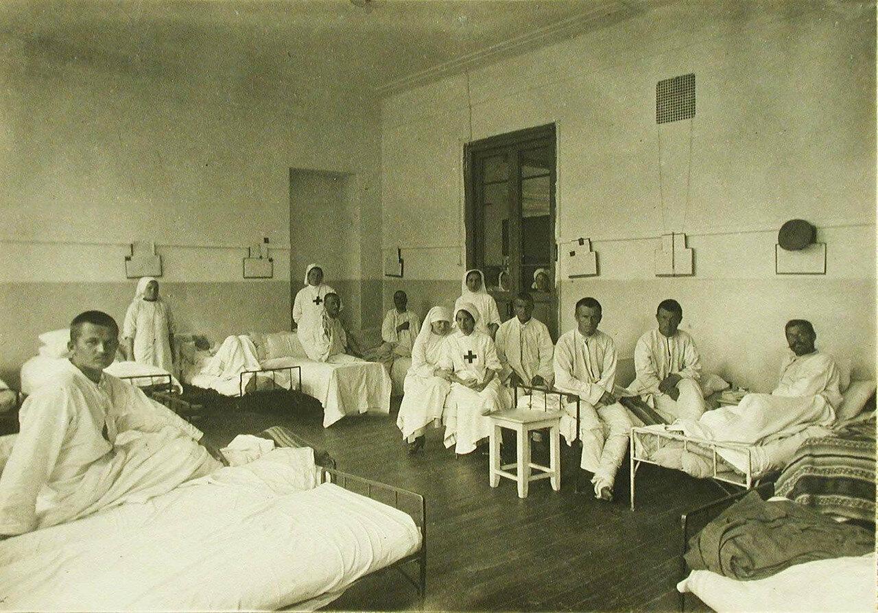 11. Сестры милосердия и раненые в палате №4