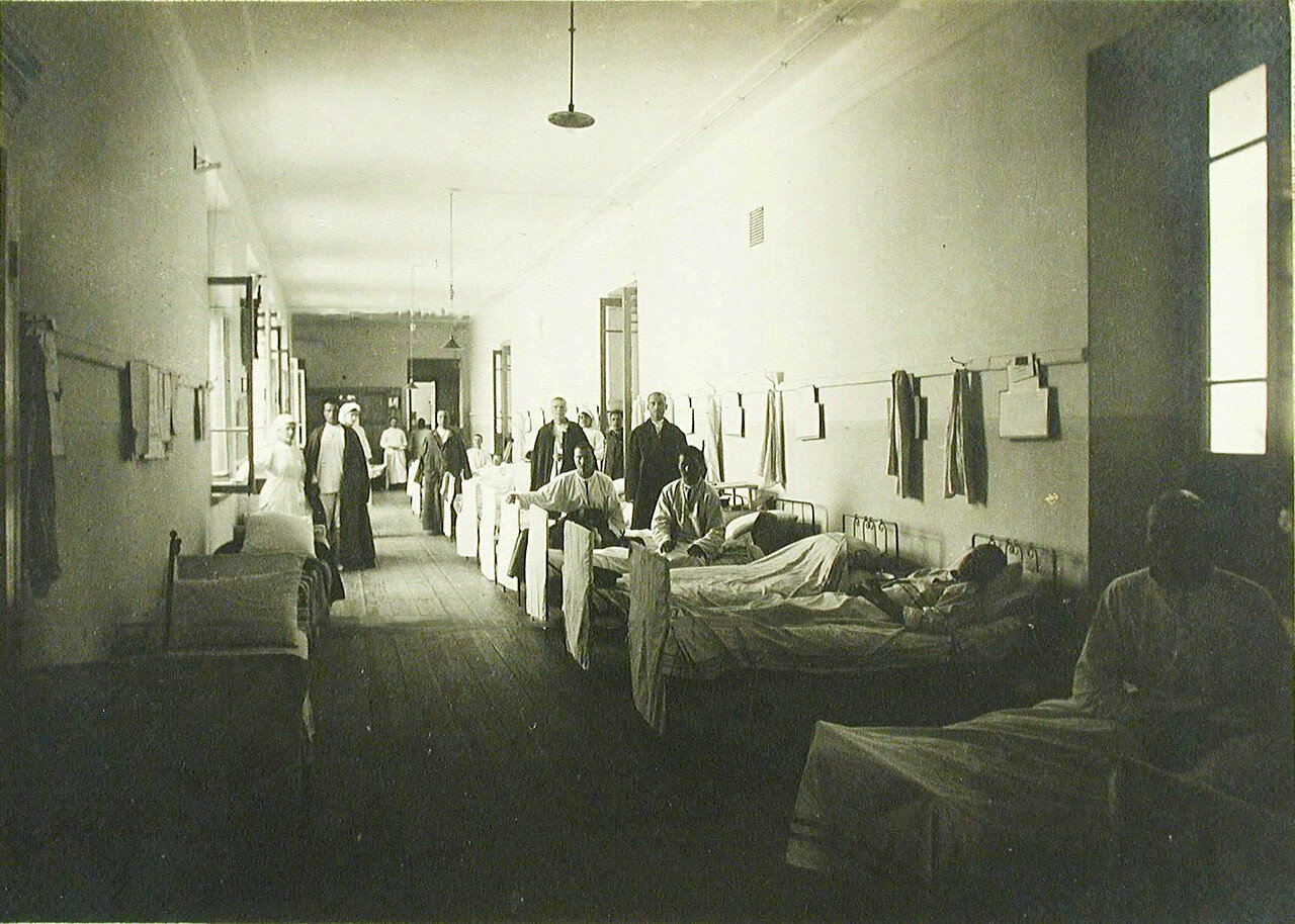 14. Вид части коридора, оборудованного кроватями и превращенного в палату №7