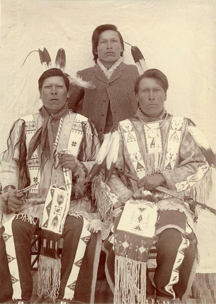 1891. Выжившие братья из племени лакота: (слева направо) Белое Копье, Рогатое Облако и Борода Дьюи.
