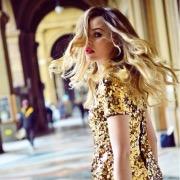 Девушка золотом платье