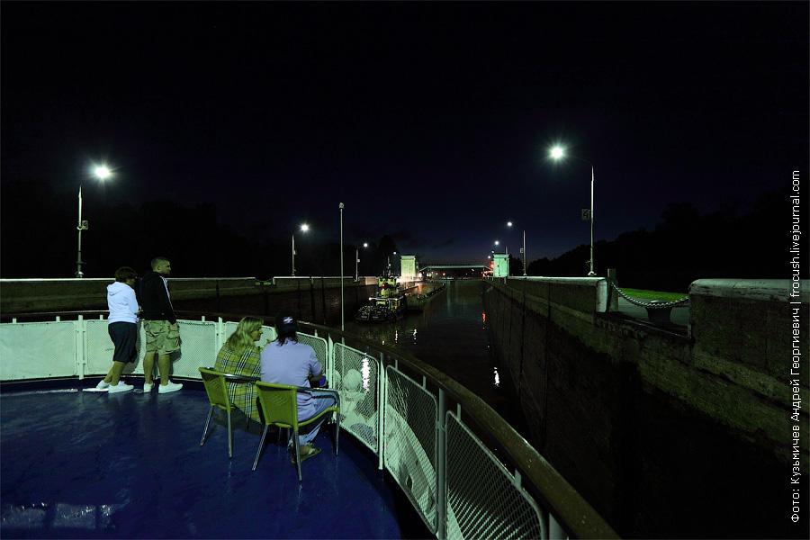 Шлюз номер 6 канала имени Москвы ночью