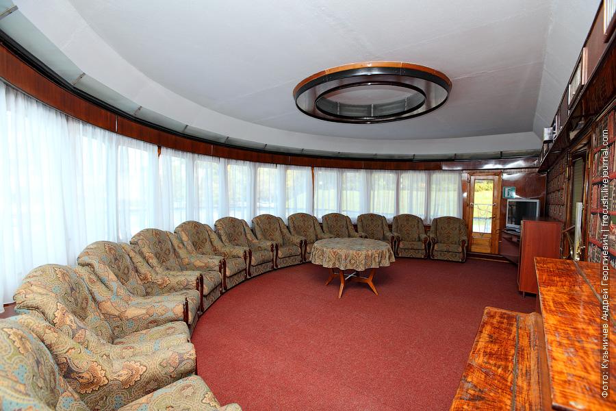 теплоход Бородино музыкальный салон в носовой части средней палубы
