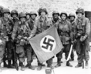 Десантники с захваченным нацистским флагом.