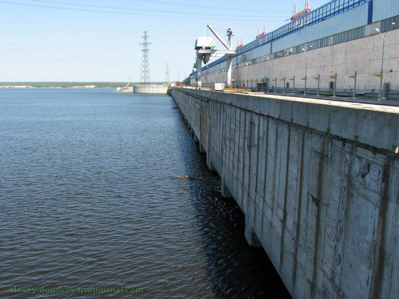 Дорога через ГЭС (со стороны верхнего бьефа)
