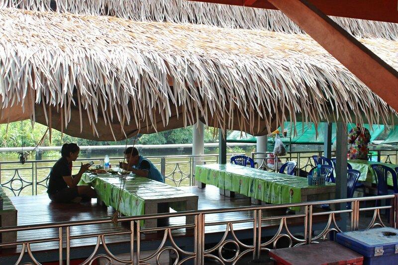 Ресторан со столиками за которыми сидят с ногами - плавучий рынок Талинг Чан, Бангкок
