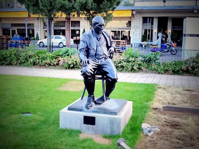 Памятник Владимиру Набокову перед гостиницей «Montreux Palace», где писатель провел последние годы жизни