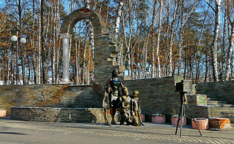 """памятник """"Семья у фотоаппарата"""", Белгород, 2011, фото Sanchess"""