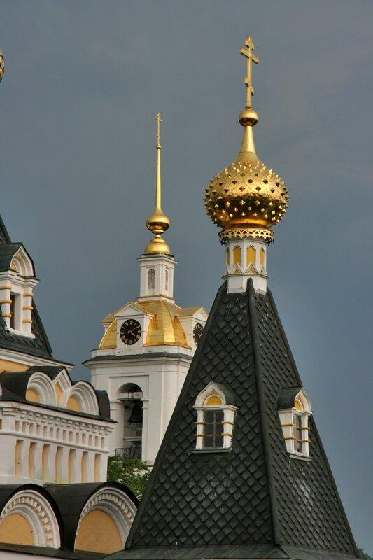 Дмитровский кремль, Маковка Елизаветинской церкви и шпиль колокольни Успенского собора