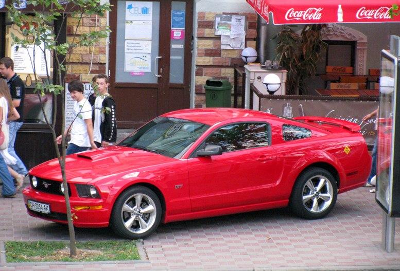 Красный Ford Mustang на улицах Киева